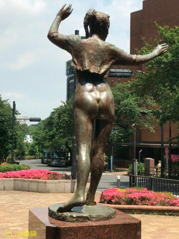 ボレロを羽織った裸婦像