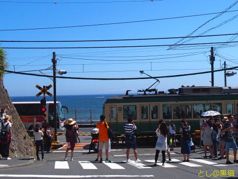 鎌倉高校前駅の踏切とビーチ